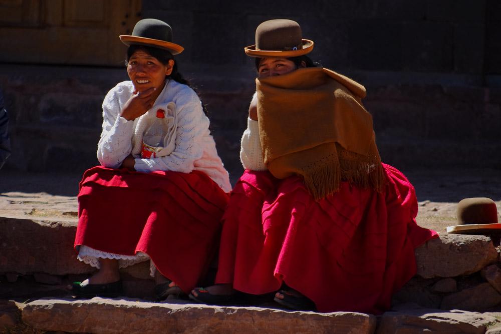Femmes sur la Plaza de Armas, ile de Taquile, lac Titicaca, Pérou
