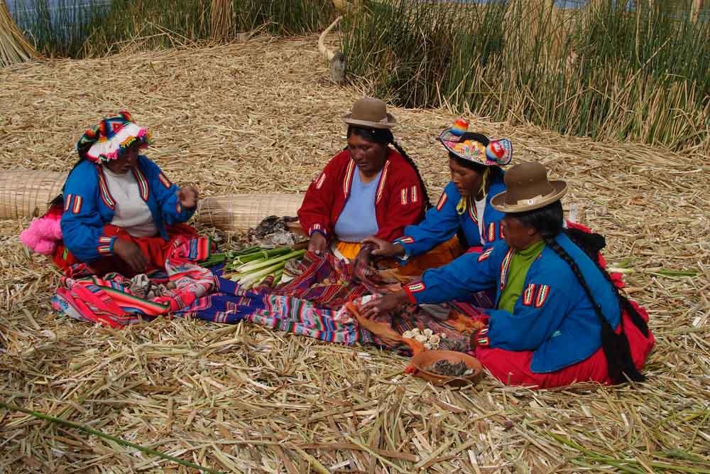 Femmes sur les Iles Uros, Lac Titicaca, Pérou