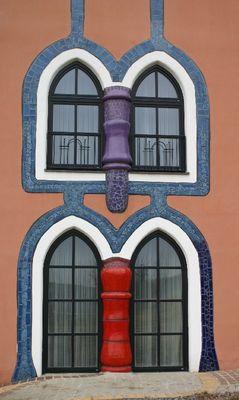 Fenster im Augenschlitzhaus in Bad Blumau