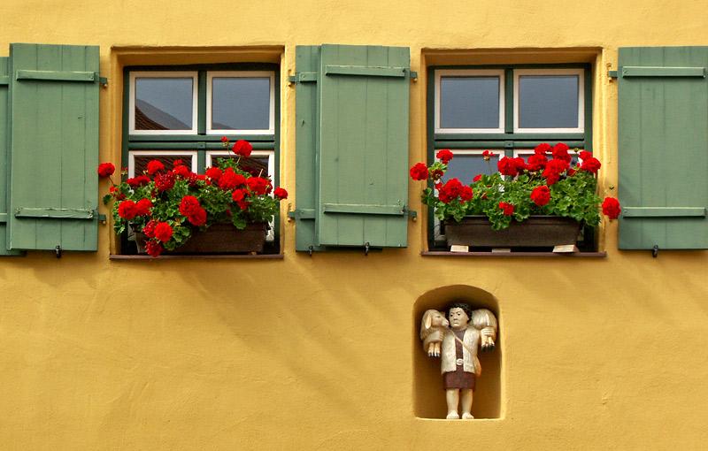Fenster in gelbem Haus