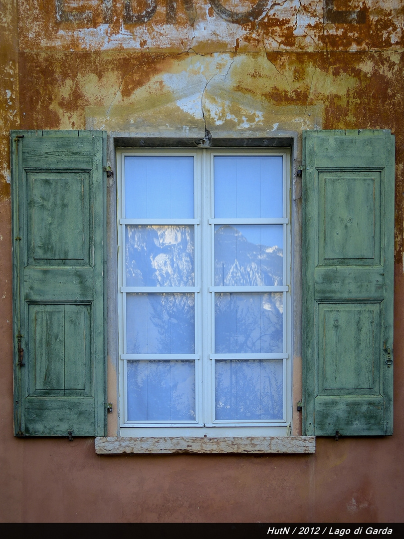 Fenster mit Bergblick