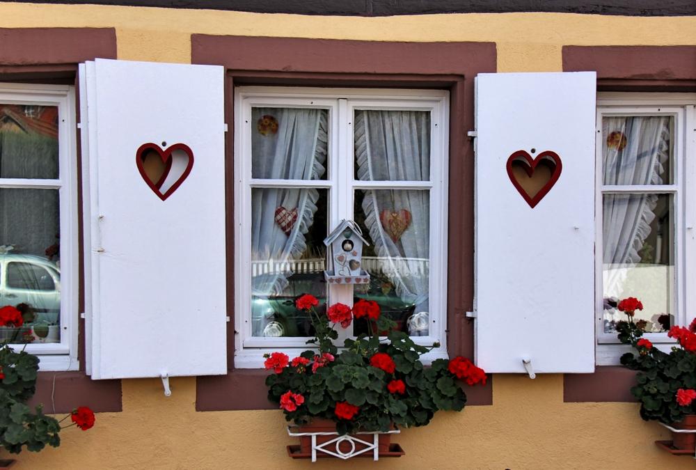 Fenster mit roten Herzen