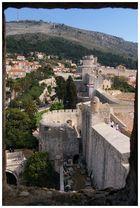 Fensterblick auf die Stadtmauer von Dubrovnik