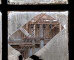 Fensterblick auf Stromschiene für historischen Hallenkran