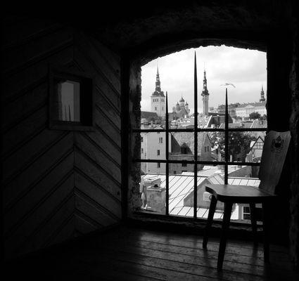 Fensterblick auf Tallin (s/w)