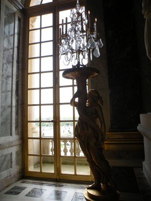 fenêtre et candelabre de la galerie de glaces du chateau de Versailles