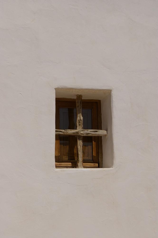 fenêtre sur mur blanc