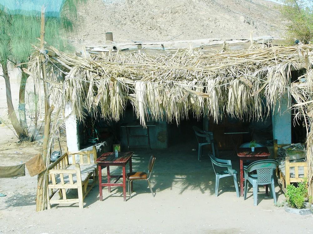 Fernfahrer-Raststätte in der ägyptischen Wüste