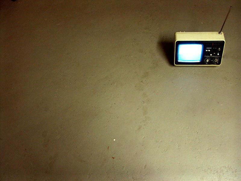 Fernsehgerät auf dem Boden
