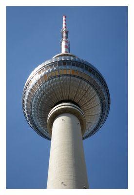 Fernsehturm am Alexanderplatz in Berlin von unten