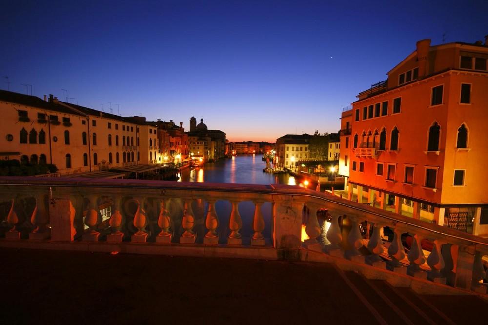 Ferovia - Brücke in Venedig bei Nacht