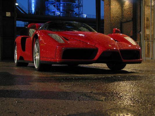 Ferrari Enzo Ferrari im nächtlichen Regen