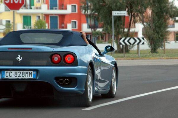 Ferrari in Blau