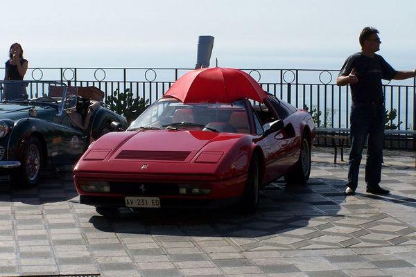 Ferrari mit Schirm, gesehen auf der Raid dell Etna, Sizilien