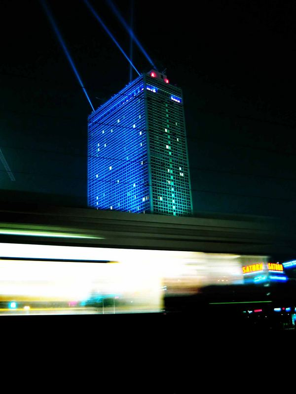 Festival of Lights - ParkInn bei Nacht mit Straßenbahn
