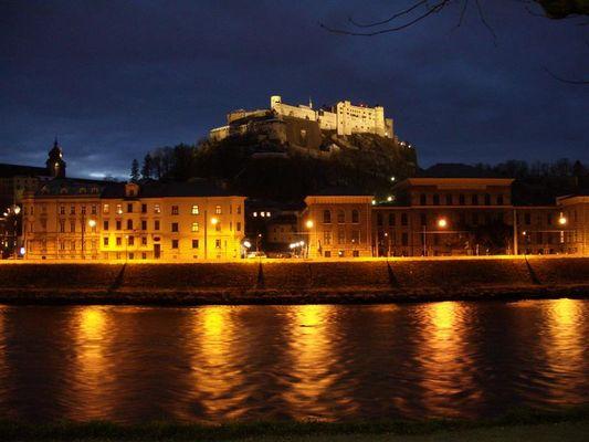 Festung Salzburgs bei Nacht