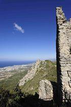 Festung St. Hillarion hoch über der Küste von Kyrenia