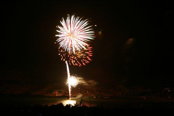 feu d'artifice sur le lac de Salagou