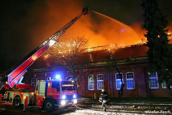 Feuer 6 Staffeln - Brand in GASAG Lagerhalle - Lankwitzer Straße - Berlin Mariendorf