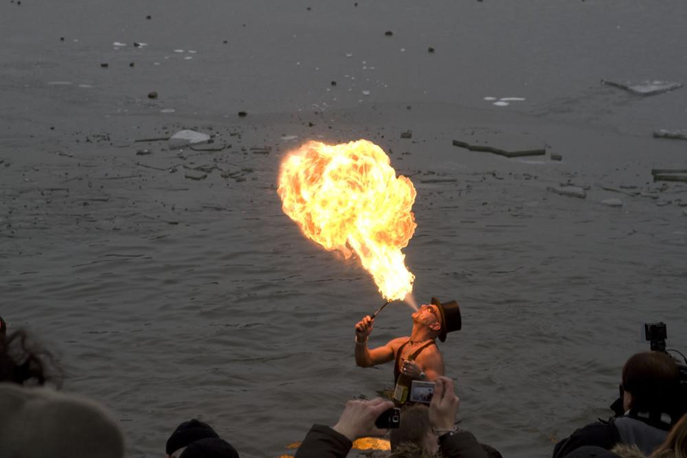 Feuerschlucker im zugefrorenen Edersee