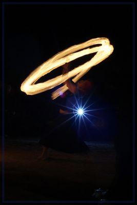 Feuershow im Gegenlicht