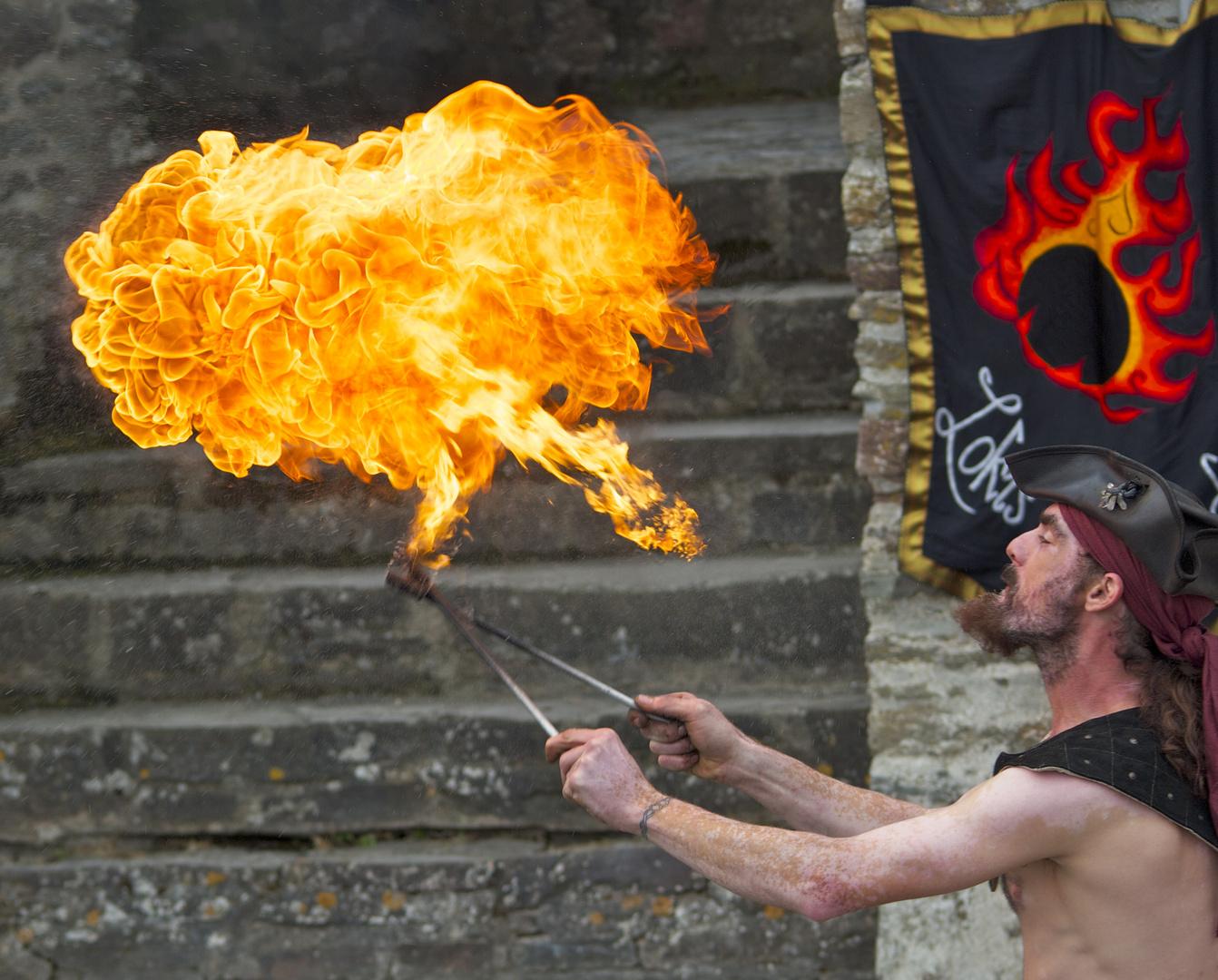 Feuerspucker auf Burg Reifferscheidt