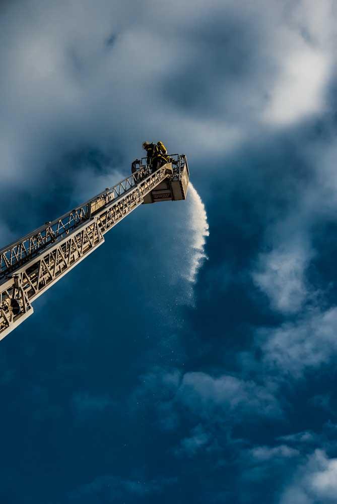 Feuerwehr Sulzbach Saar Drehleiter und blauer Himmel