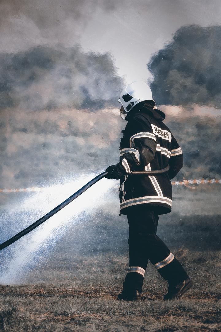 Feuerwehrmann beim Osterfeuer