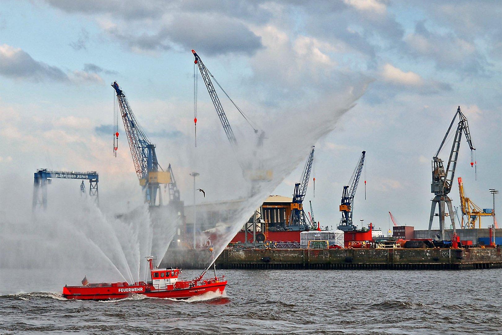 Feuerwehrschiff im Hamburger Hafen