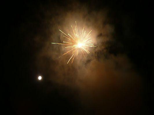 Feuerwerk mit Vollmond an Neujahr 2010