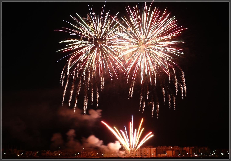 Feuerwerk über dem Hafen von Gruissan