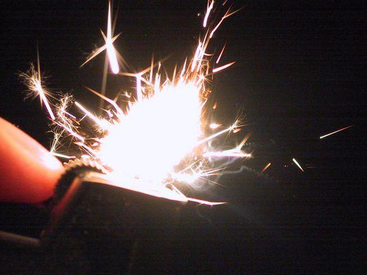 Feuerzeug beim Funken schlagen