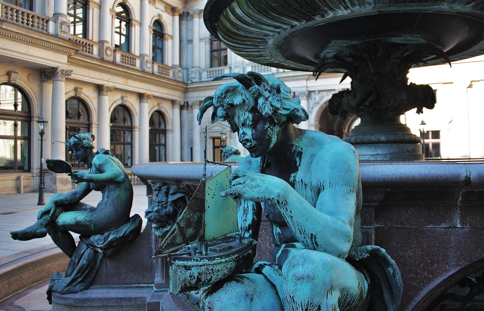 Figuren am Brunnen des Innenhofes vom Hamburger Rathaus