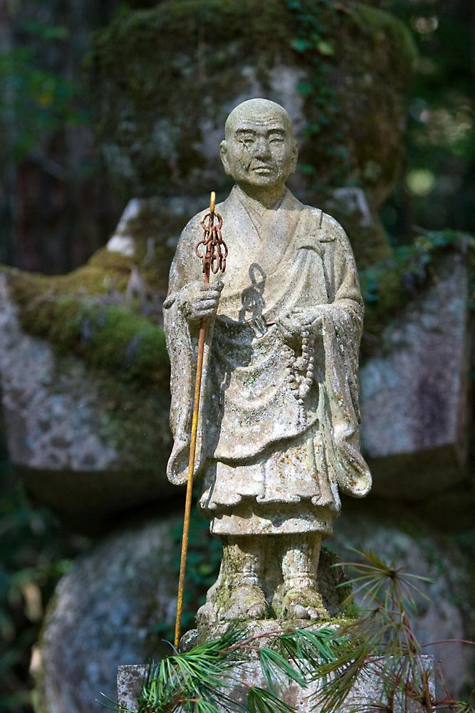 Figuren in der Grabstätte neben dem Koya-san Kloster