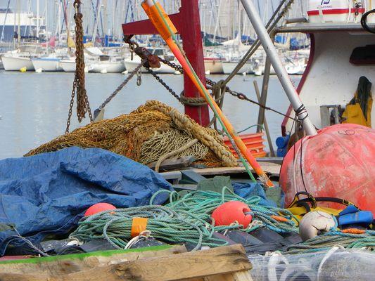 filets et bouées sur bateaux de pêche à Sète