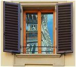 Finestra...con affaccio privilegiato ...riflesso su vetro antico.....