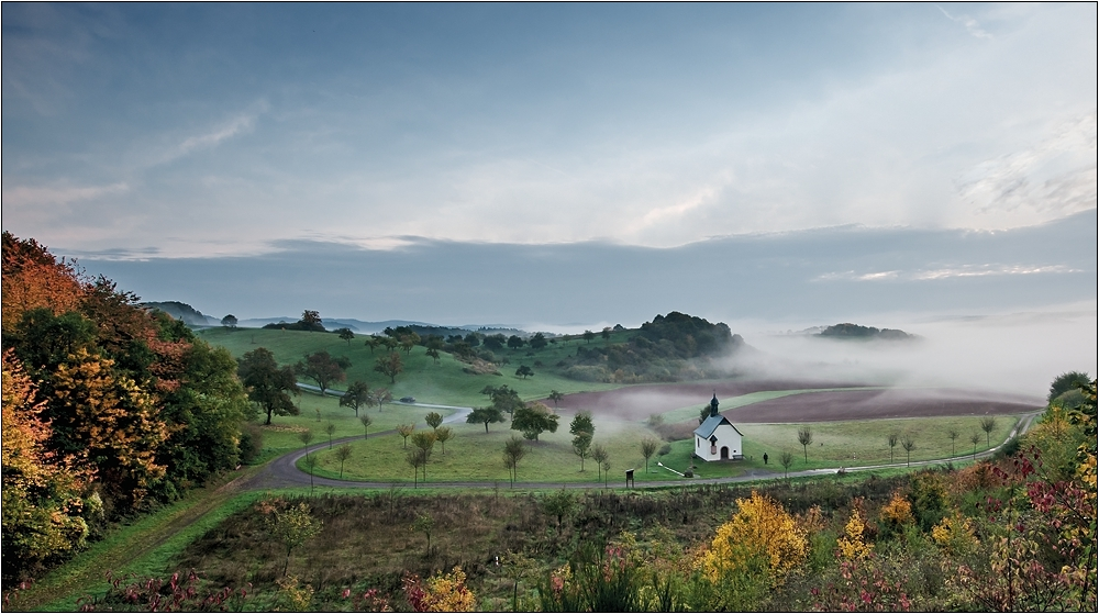 Fintenkapelle im Herbstnebel