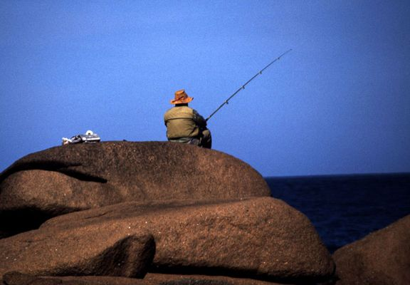 Fischer am Meer bei Tregastel, Bretagne, Frankreich 2003