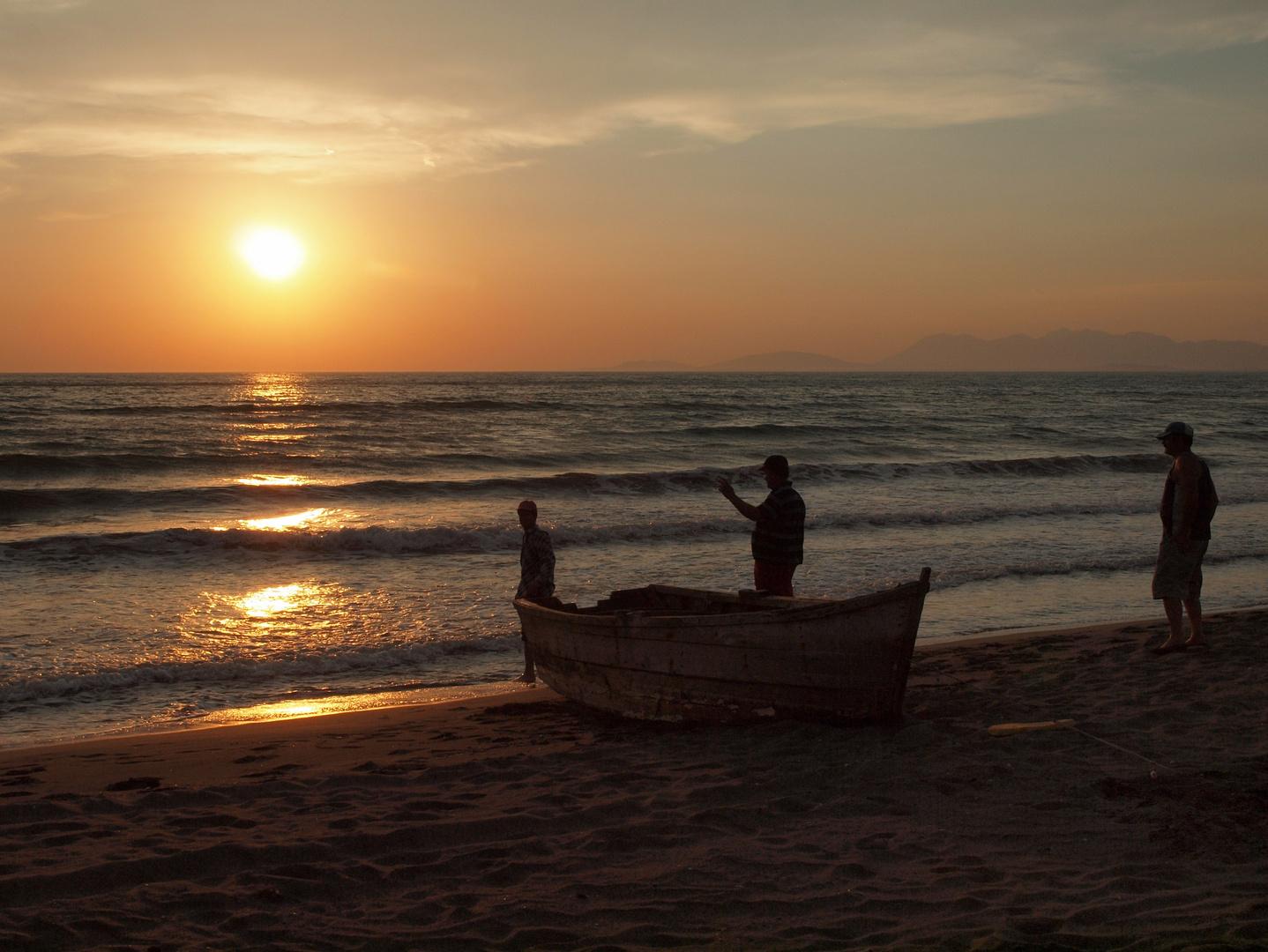 Fischer am Strand in Albanien