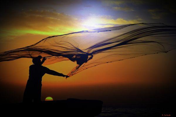 Fischer bei der Arbeit im Licht der untergehenden Sonne