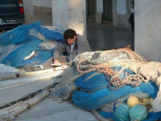 Fischer beim flicken der Netze