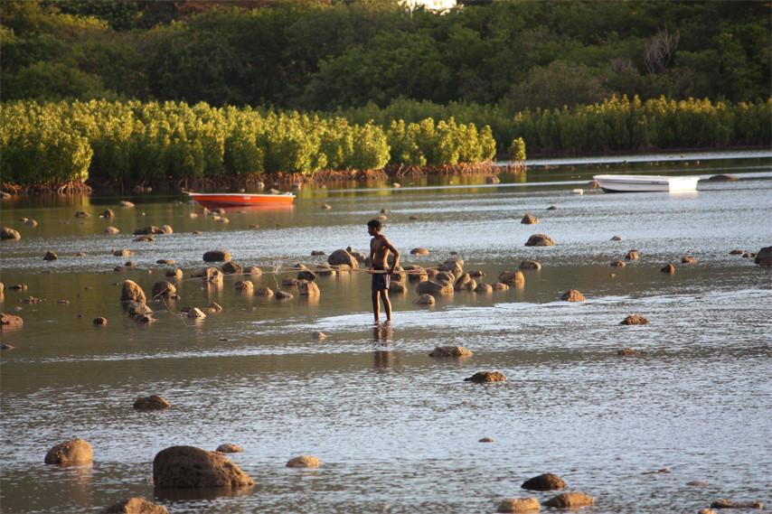 Fischer kommt von der Arbeit