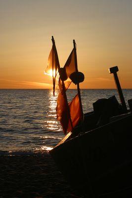 Fischerboot im Sonnenaufgang