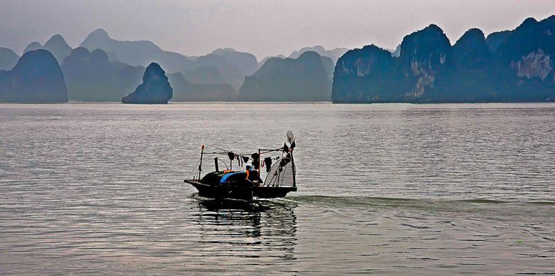 Fischerboot in der Ha-Long-Bucht
