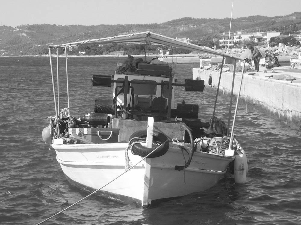 Fischerboot in schwarz/weiß