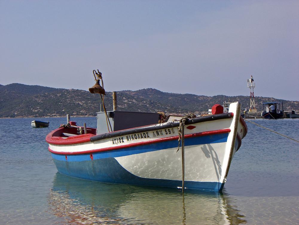 Fischerboot vor Taverne in Sikias