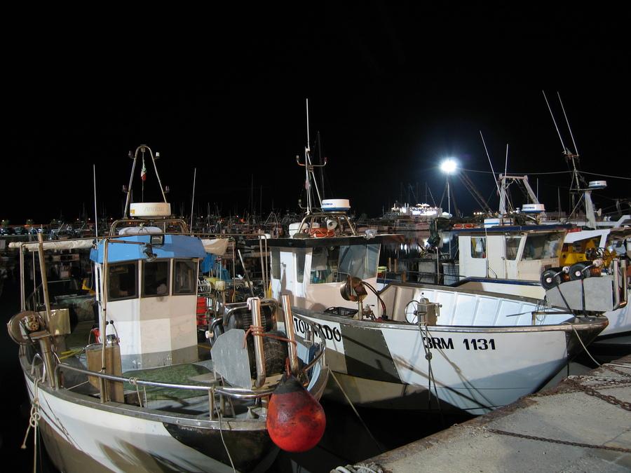 Fischerboote am Abend im Hafen von Cattollca