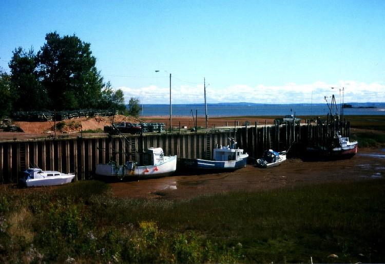 Fischerboote bei Ebbe, Nova Scotia