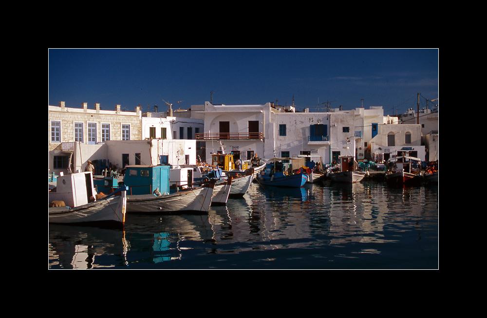 Fischerboote im alten Hafen von Naoussa