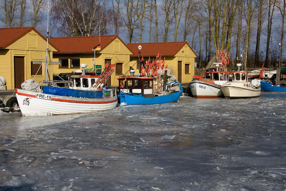 Fischerboote im Eis